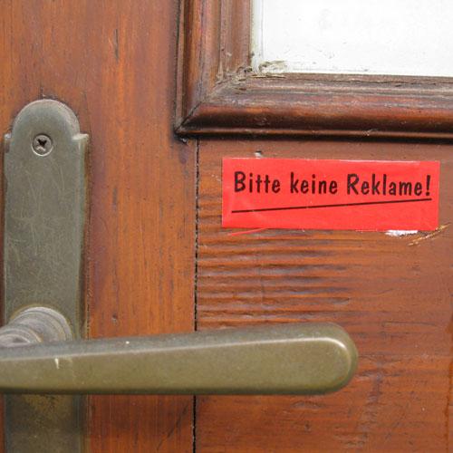 """Tür mit Schild """"Bitte keine Reklame"""""""