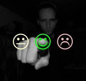 Mann zeigt auf Smiley-Symbol