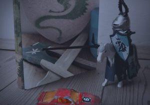 Buch, Ritterfigur und Spielzeugauto