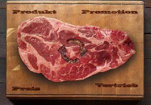 Steak auf Holzbrett mit Brandzeichen